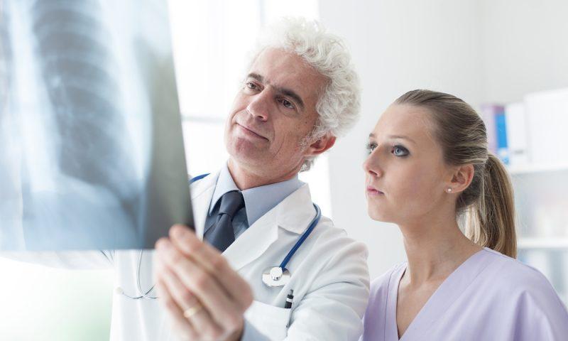 Ein guter Rheumatologe der dich über die Rheuma Arten informiert ist wichtig - Having a good rheumatologist is crucial (Photo: © stokkete - Fotolia.com)