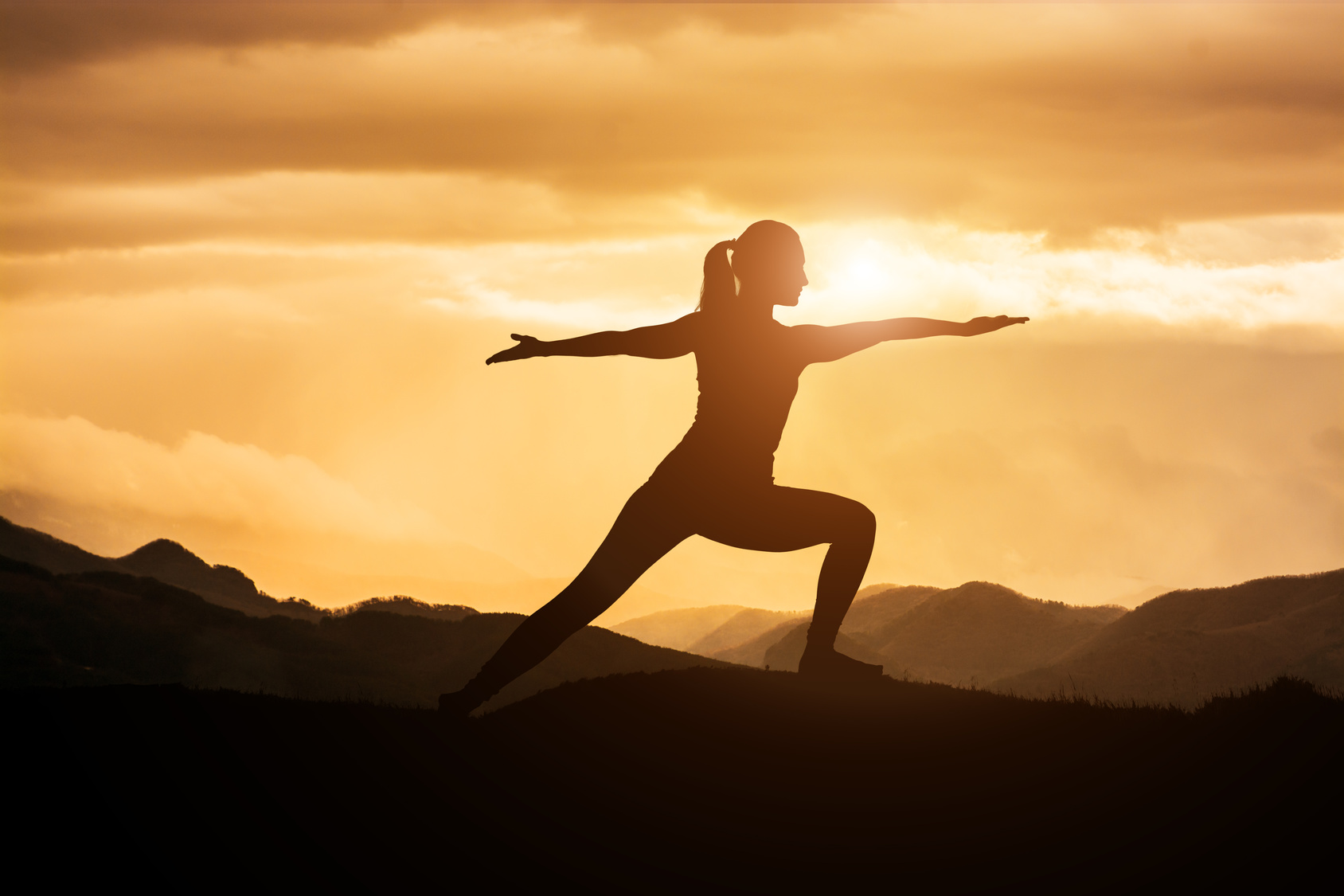 Rheuma Optimist, Fruehjahrsputz - spring cleaning, Woman Doing Yoga at Sunset, Foto-Copyright: Fotolia/Sondem