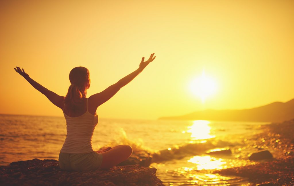 Rheuma Optimist, Fruehjahrsputz - spring cleaning, Woman stretching up her arms at sunset, Foto-Copyright: Fotolia/Sondem